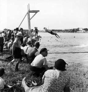 Les premiers congés payés, au bord de l'eau, 1936. Robert Doisneau.