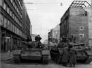 Blindé de l'armée de la RDA bloquant une rue au matin du 13 Août 1961
