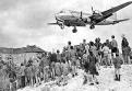 Doc 3 - Le pont aérien durant le blocus de Berlin. Un avion américain livre de la marchandise à Berlin Ouest . Au total, c'est près d'un vol toutes les 45 secondes qui est opéré durant tout le blocus !