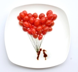 R. Hong-Yi, 2013, Projet « 31 Days of Creativity with Food », Day 6: 'all you need is love...' with cherry tomatoes, nori and soy sauce. Photographie Instagram.